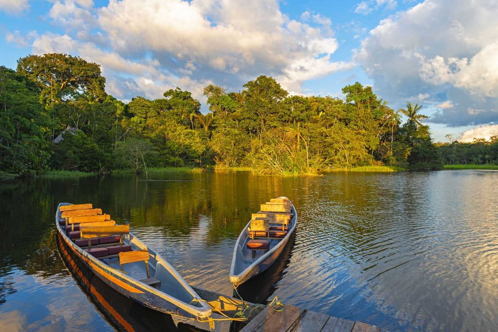Canoas ao pôr do sol no Rio Amazonas